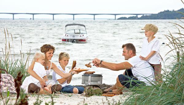 Mobile Grillgeräte sind immer dabei - nicht nur im heimischen Garten, sondern auch beim Picknick oder im Urlaub. Foto: djd/www.cobb-grill.de