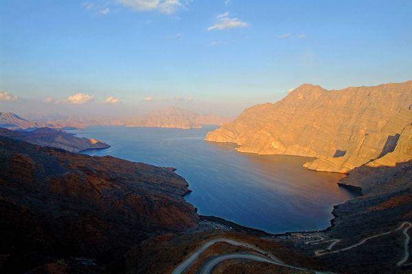 Fjorde gibt es auch im Orient. In der Region Musandam erstrecken sich die Gebirgskämme bis ans Meer. Foto: djd/Sultanate of Oman