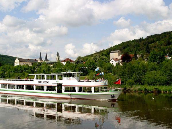 Von Kelheim aus starten regelmäßig Schiffe, die den Main-Donau-Kanal durchqueren. Bild: The Monarch Hotel / Pixabay