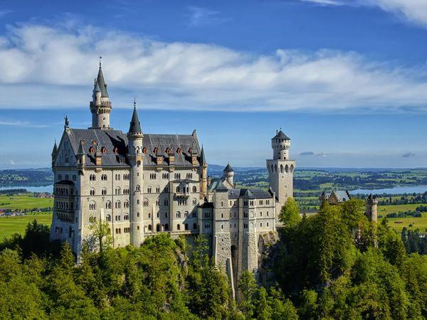 Das Schloss Neuschwanstein wurde mit hochmoderner Technik nach mittelalterlichem Vorbild errichtet. Bild: Romantische Straße