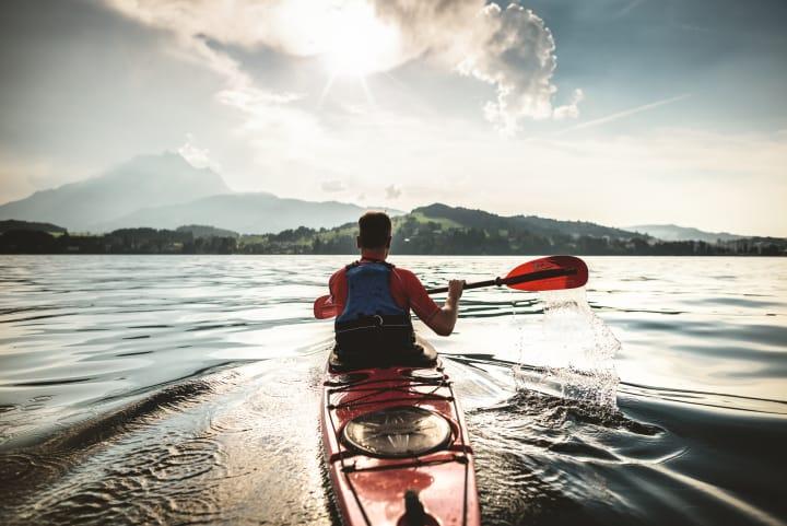Mit dem Kajak auf dem Vierwaldstättersee. Bild: Schweiz Tourismus