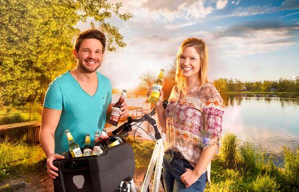Fahrräder dienen längst nicht mehr nur der Fortbewegung, sondern können mit dem richtigen Zubehör auch zu 'Packeseln' mutieren und  erfrischende Getränke wie etwa ein Radler oder eine erfrischende Fassbrause an den Badesee transportieren. Foto: djd/Brauerei C. & A. Veltins