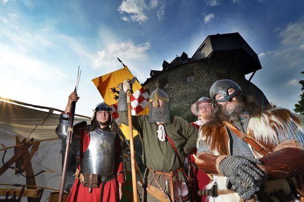 Zahlreiche Veranstaltungshöhepunkte während der Sommermonate ermöglichen auf der Burg Altena eine unterhaltsame Zeitreise für Jung und Alt. Foto: djd/Märkischer Kreis/Heinz-Dieter Wurm