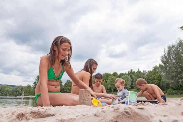 Sandbuddeln am Breitenauer See: Das HeilbronnerLand bietet ideale Voraussetzungen für abwechslungsreiche Familien-Freizeiten. Foto: djd/Naherholungszweckverband Breitenauer See