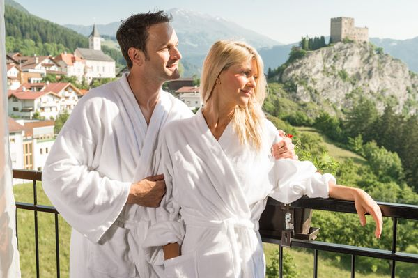 Tirol: Wellness in klarer Luft mit Blick vom Hotel Puint auf die Berge und die Burg Laudegg. Foto: djd/www.hotel-puint.at/TVB Fiss - Ladis/Wolkersdorfer