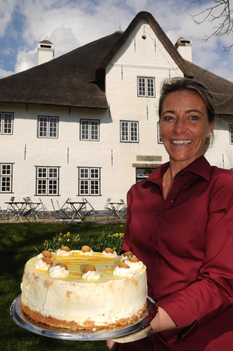 Wioletta Gattorf vor dem Roten Haubarg - Bild (c) www.nordseetourismus.de