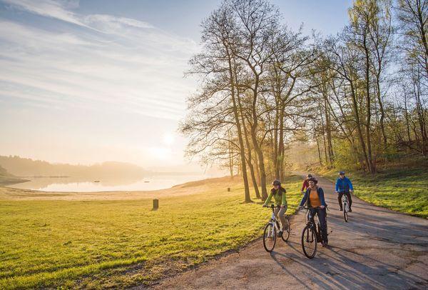 Bequem zwischen den Bergen hindurch radeln können große und kleine Fahrradfans auf dem SauerlandRadring. Foto: djd/Schmallenberger Sauerland/Klaus-Peter Kappest
