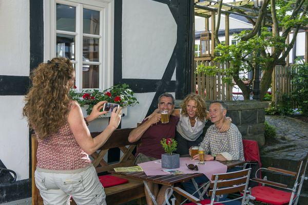 Wenn Wanderer und Radler nach ihren Touren durch das Schmallenberger Sauerland einkehren, genießen sie regionale Köstlichkeiten mit Sterne-Niveau. Foto: djd/Schmallenberger Sauerland/Klaus-Peter Kappest