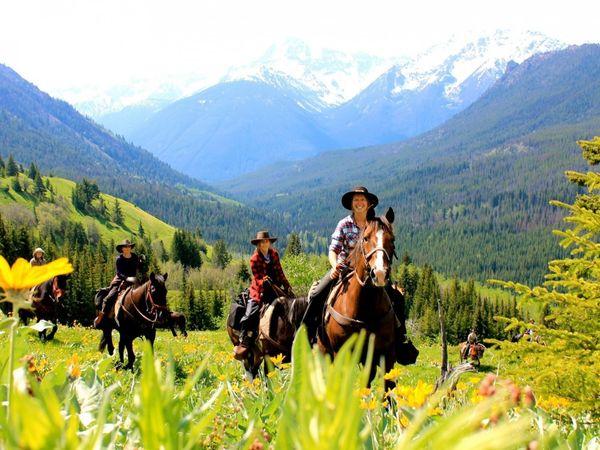 """Während der Schulung zum """"Wildnis-Guide"""" lernt man unter anderem auch das Satteln von Pferden. Bild (c) Chilcotin Holidays"""
