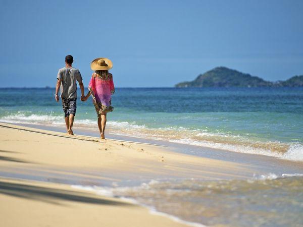 Kristallblaue Gewässer laden zu einem Trip zu den herrlichen Sandstränden ein. Bild: Karawane Reisen / Fiji Tourism
