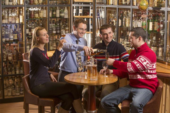 Whisky-Verkostung in der grössten Whisky-Bar der Welt im Hotel Waldhaus am See in Sils Maria. Bild (c) by ENGADIN St. Moritz / swiss-image.ch/Christof Sonderegger