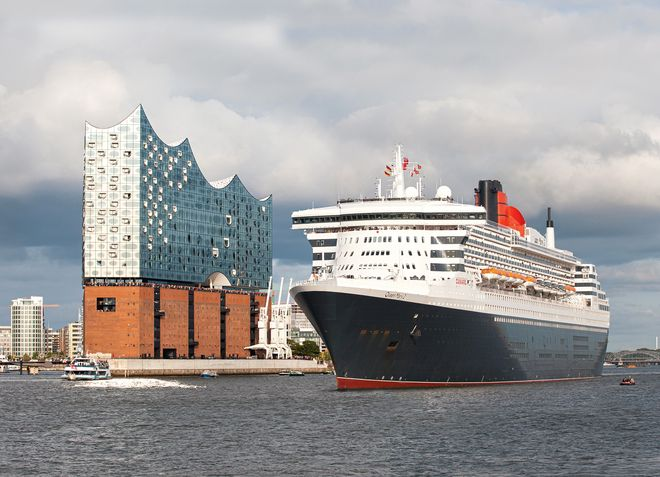 Queen Mary 2 trifft die Elbphilharmonie Hamburg – Foto: Chris Kueper