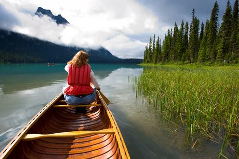 Die Gewässer bieten sich sowohl für Einsteiger als auch Fortgeschrittene für Rundfahrten mit dem Kanu an. Bild: Fasten Your Seatbelts / Tourismus British Columbia
