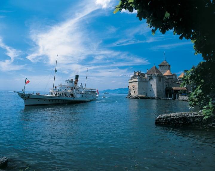 Das Dampfschiff Rhone vor dem Schloss Chillon bei Montreux am Genfersee im Kanton Waadt, eine der berühmtesten Burganlagen Europas. Copyright: Switzerland Tourism / Swiss Travel System / swiss-image.ch / Christof Sonderegger