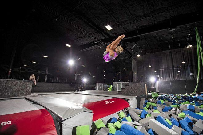 """Hohe Luftsprünge mit und ohne akrobatische Einlagen sind im neuen """"Superfly Trampolinpark"""" möglich. Foto: djd/Hannover Marketing und Tourismus/Superfly Trampolin Park"""