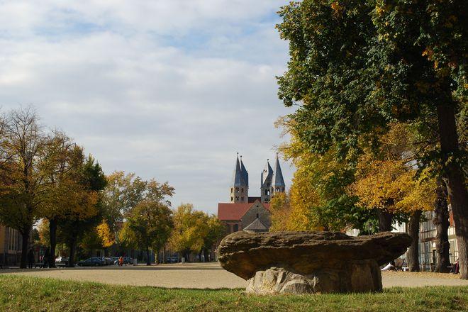 Auf dem Halberstädter Domplatz können gleich zwei romanische Bauten besucht werden: die Liebfrauenkirche sowie der Dom St. Stephanus und St. Sixtus. Foto: djd/Halberstadt Information