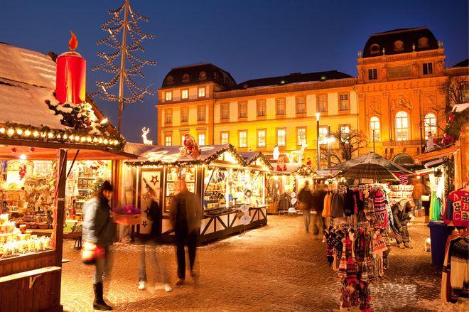 Spannendes Programm vor strahlender Kulisse: Der Darmstädter Weihnachtsmarkt öffnet vom 20. November bis 23. Dezember 2017 seine Tore. Foto: djd/Darmstadt Marketing/Rüdiger Dunker