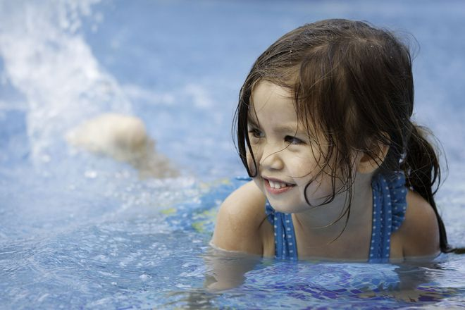 Für die Kleinen so schön wie ein Urlaub am Strand - Salzwasser inklusive. Foto: djd/RupertusTherme/Getty