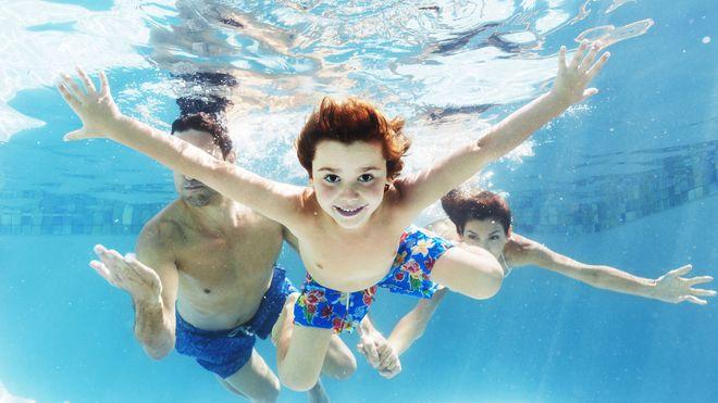 In Bad Reichenhall können Eltern und Kinder einfach mal abtauchen. Foto: djd/RupertusTherme/Getty