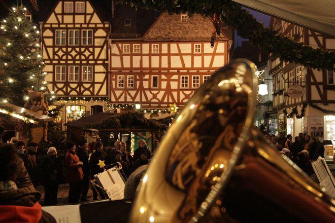 Limburgs Weihnachtsmarkt findet vor einer malerischen Fachwerkskulisse statt. Foto: djd/AK Tourismus FrankfurtRheinMain/S. Braun