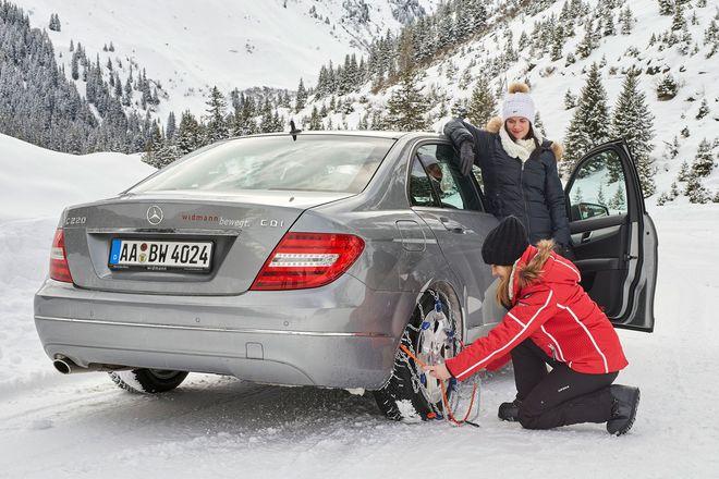 Vor allem bei Fahrten in schneereiche Gebiete sollten Schneeketten zur griffbereiten Grundausstattung von Autofahrern gehören. Foto: djd/RUD Ketten
