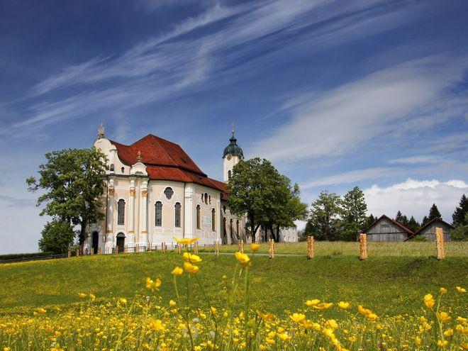 """Seit 1983 gilt die Wieskirche als UNESCO-Weltkulturerbe. Die """"Romantik"""" im Namen der beliebtesten Ferienstraße Deutschlands zieht sich nicht nur durch die vielseitige Natur – sie schlummert auch in den zahlreichen Kirchen und Kapellen abseits der ausgeschilderten Wander- und Radwege.  Bild: Romantische Straße"""