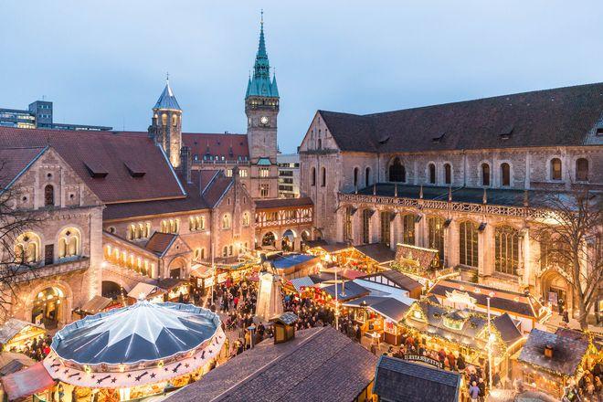 Blick von oben über den Weihnachtsmarkt der Löwenstadt Braunschweig. Foto: djd/Braunschweig Stadtmarketing GmbH
