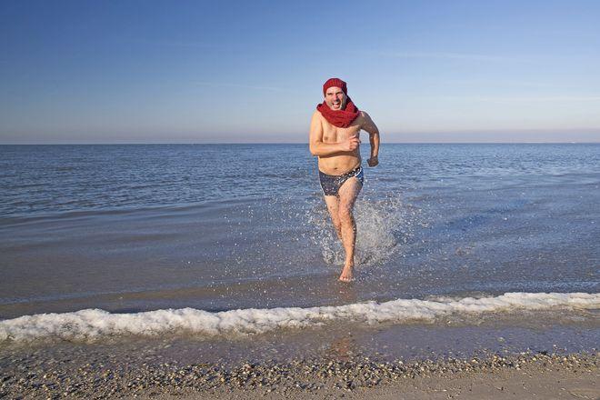Ein (Fuß-)Bad in der winterlichen Nordsee ist ganz schön frostig und bringt die körpereigene Temperaturregulation auf Trab. Foto: djd/Kurverein Neuharlingersiel e.V./Martin Stöver