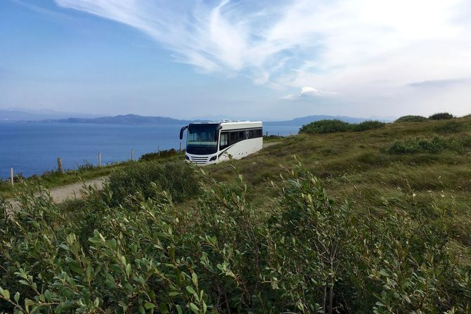 Der Natur so nah: Reisemobile mit großzügigen Wasser- und Energievorräten können länger autark und ohne Stationen in der Zivilisation unterwegs sein. Foto: djd/MORELO Reisemobile