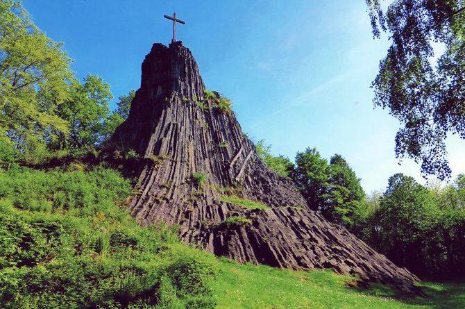 Auf der 13. Etappe des Natursteig Sieg passieren Wanderer den Druidenstein im Ortsbezirk Herkersdorf. Foto: djd/Naturregion Sieg