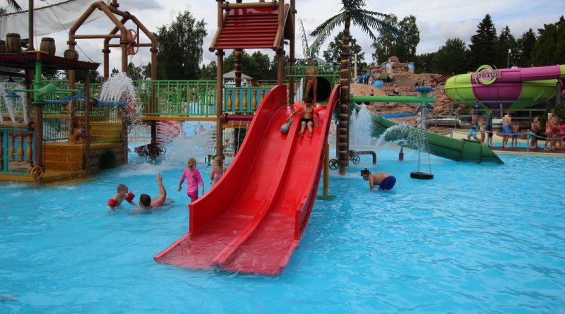 große rote Breitrutsche :: Water Play House | Skara Sommarland