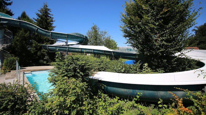 offene Freibadrutsche :: blaue Riesenrutsche | Hallen- und Freibad Reiden