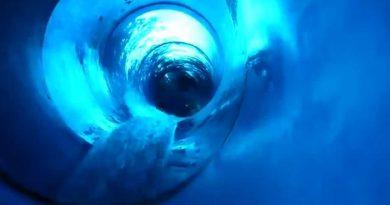 aquaLaatzium Laatzen - blaue Röhrenrutsche Onride