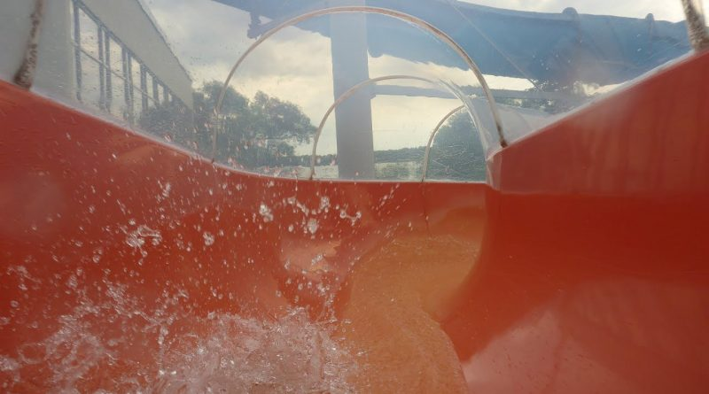 Tunnelrutsche :: rote Riesenrutsche | Medley Växjö simhall och Aqua Mera Växjö