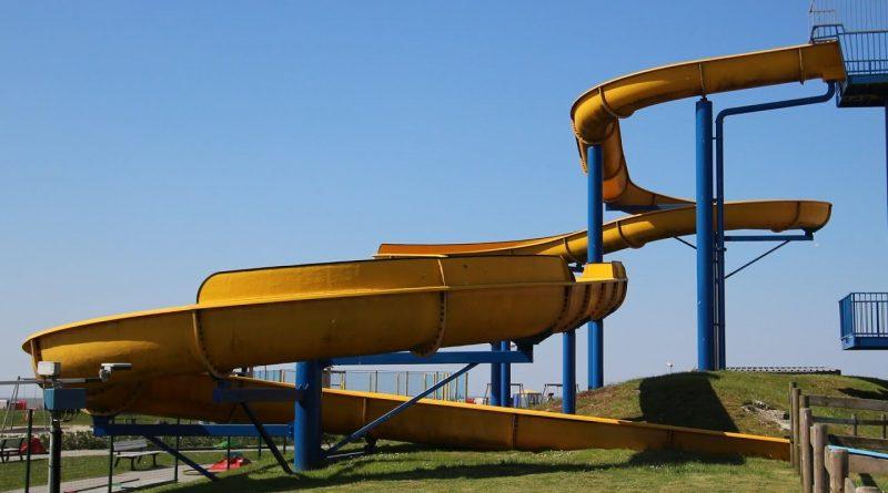 offene Riesenrutsche :: gelbe Freibad-Rutsche | Meerwasser-Freibad Bensersiel