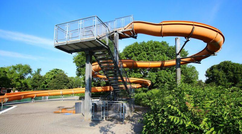 offene Freibad-Rutsche :: orangene Riesenrutsche | Herzogenriedbad Mannheim
