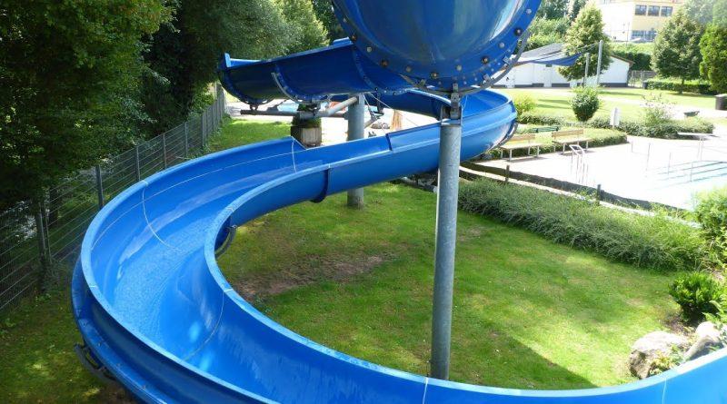 offene Riesenrutsche :: blaue Freibad-Rutsche | Freibad Saarburg
