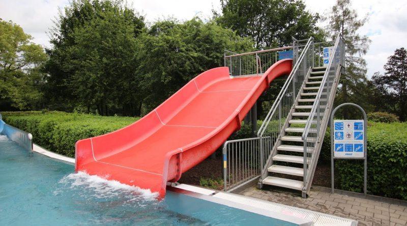 rote Breitrutsche :: Wellenrutsche | Freibad Saarwellingen