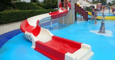 weiß-rote Kinderrutsche :: offene Riesenrutsche   Acquatica Park Mailand