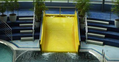 Indoor-Breitrutsche :: gelbe Breitwellenrutsche | Aquapark Olomouc