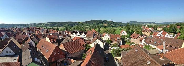 Der Blick reicht vom Baderturm weit über die Dächer der Altstadt und das Museum Herrenmühle bis zu Kloster Altstadt, Schloß Saaleck und den Weinbergen. Foto: djd/Kulturamt Hammelburg/Elfriede Böck