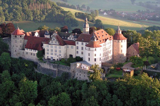 Schloss Langenburg thront hoch über dem idyllischen Jagsttal. Foto: djd/Schloss Langenburg