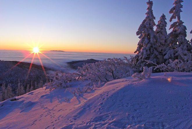 Vom Lusen aus eröffnet sich ein traumhafter Blick auf die verschneite Landschaft. Foto: djd/Ferienregion NP Bayer. Wald/Daniel Eder