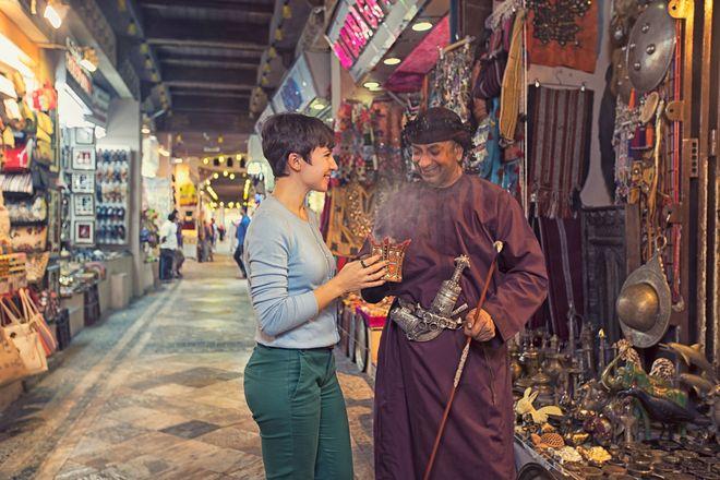 Traditionen, Gerüche und Gewürze prägen die unverwechselbare Kultur des Orients. Der kostbare Weihrauch etwa ist in den Souks in Oman allgegenwärtig. Foto: djd/Sultanate of Oman