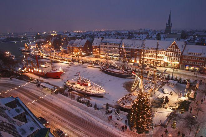 """Der Emder """"Engelkemarkt"""" lädt zum Verweilen auf festlich beleuchteten Museumsschiffen ein. Foto: djd/TMN/Emden Marketing & Tourismus"""
