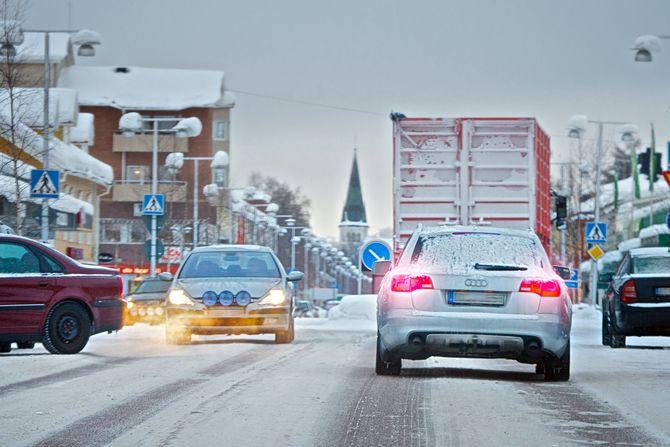 Im Winter ohne zugelassene winterliche Bereifung unterwegs zu sein, kann für den Fahrer und den Fahrzeughalter teuer werden. Foto: djd/Continental