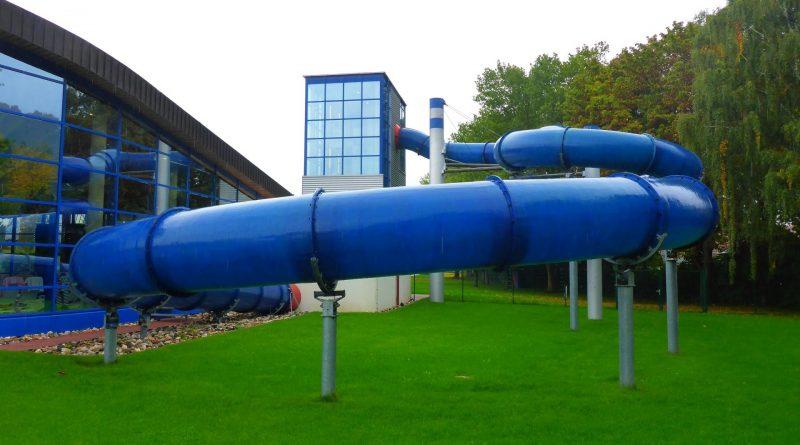 blaue Röhrenrutsche :: Fast Tube Slide   Aquaria Coburg