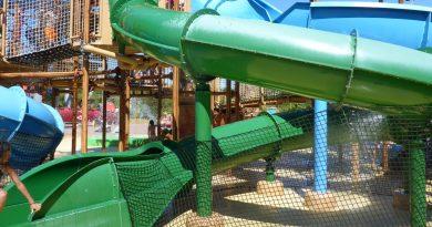 grüne Röhrenrutsche im Wasserspielhaus   Fårup Sommerland Water Play House slide