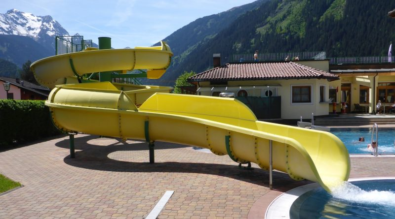 gelbe Riesenrutsche im Freibad | Erlebnisbad Mayrhofen