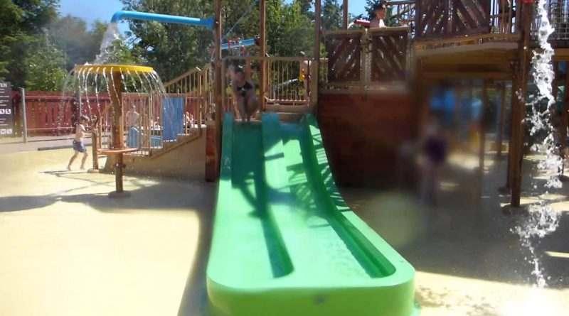 grüne zweibahnige Kinder-Rutsche im Wasserspielhaus | Fårup Sommerland Water Play House slide